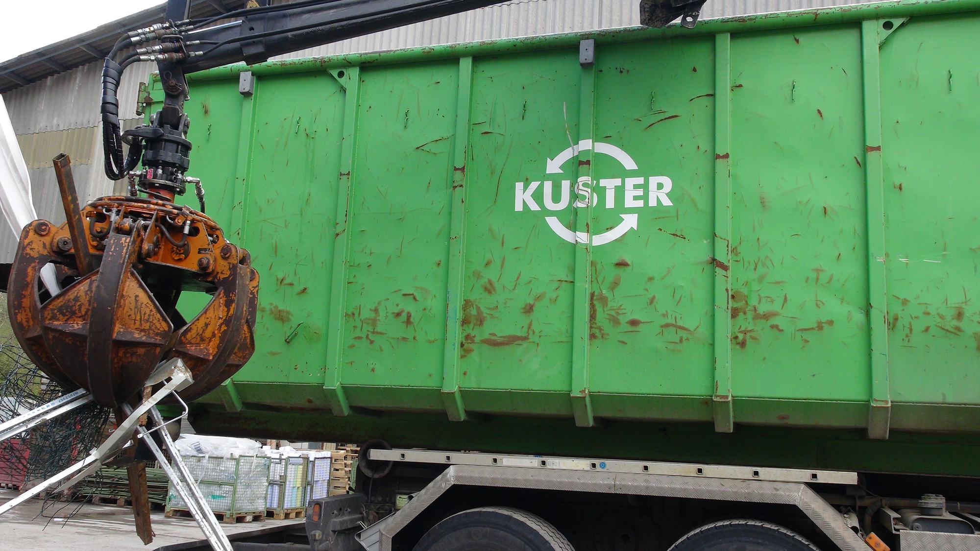 Alteisensammlung-mit-Greifer-Kuster-Recycling