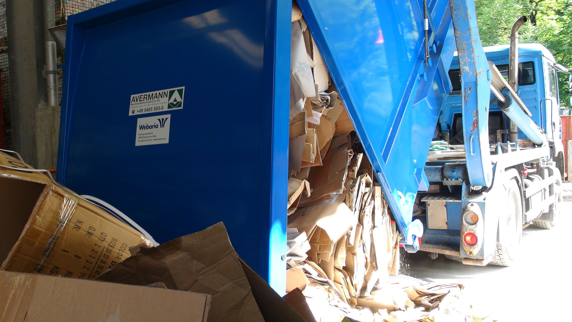 Welaki-Presscontainer-mit-Karton-Kuster-Recycling